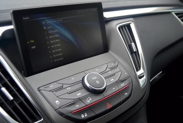 SUV Ambacar marca Soueast DX7 con pantalla táctil